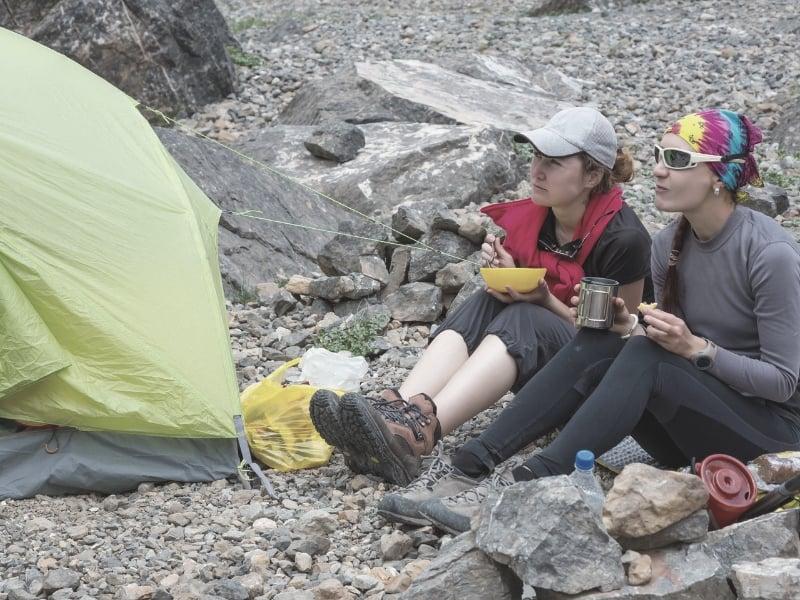 backpackers eating breakfast