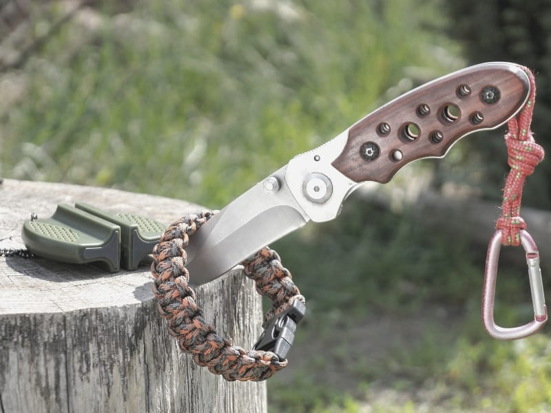 survival knife, paracord & firestarter_intext